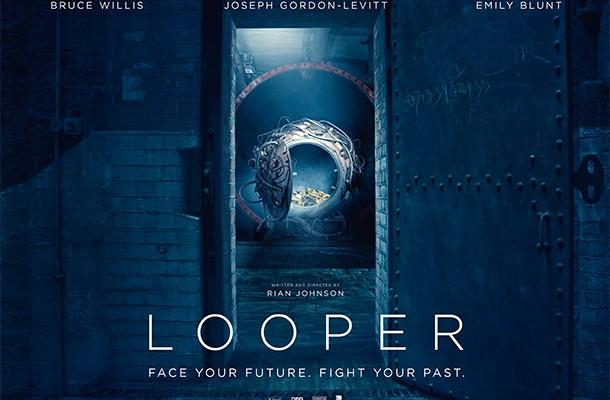 Looper (Asesinos del Futuro): Nuevo Poster con la Máquina del Tiempo + Sitio Viral Revela Foto con Jeff Daniels